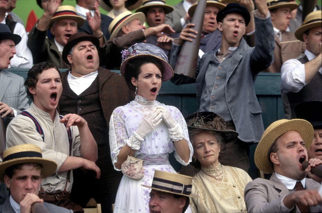 Im Baseballfieber: Joe (Shawn Hatosy, 2. Reihe l.) und Mandy (Kristin Davis, 2. Reihe r.) ... - Bildquelle: 2007 CBS International Television