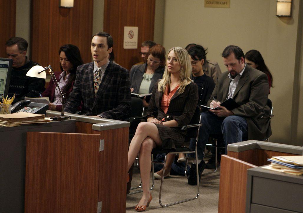 Wegen eines Fahrvergehens müssen Sheldon (Jim Parsons, M.l.) und Penny (Kaley Cuoco, M.r.) vor Gericht vorsprechen ... - Bildquelle: Warner Bros. Television