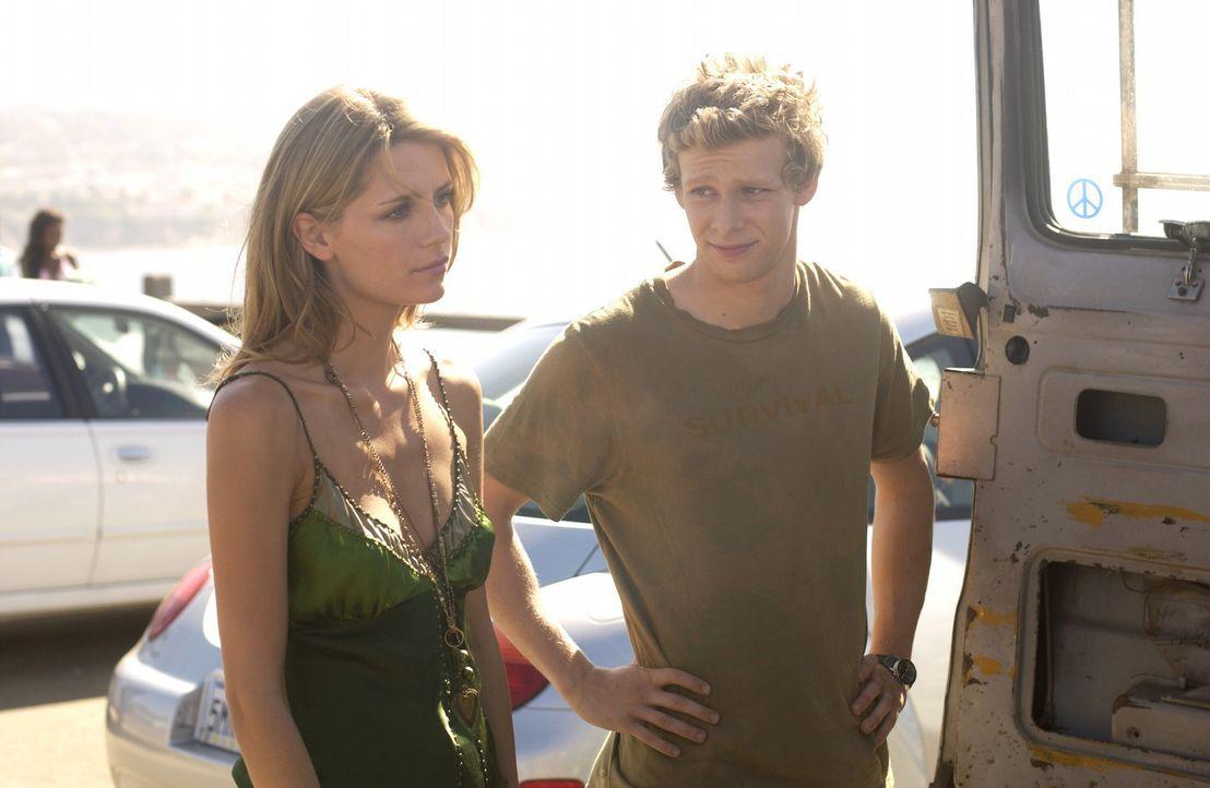 Marissa (Mischa Barton, l.) fühlt sich in der Gegenwart von Johnny, Chili (Johnny Lewis, r.) und den anderen sehr wohl ... - Bildquelle: Warner Bros. Television
