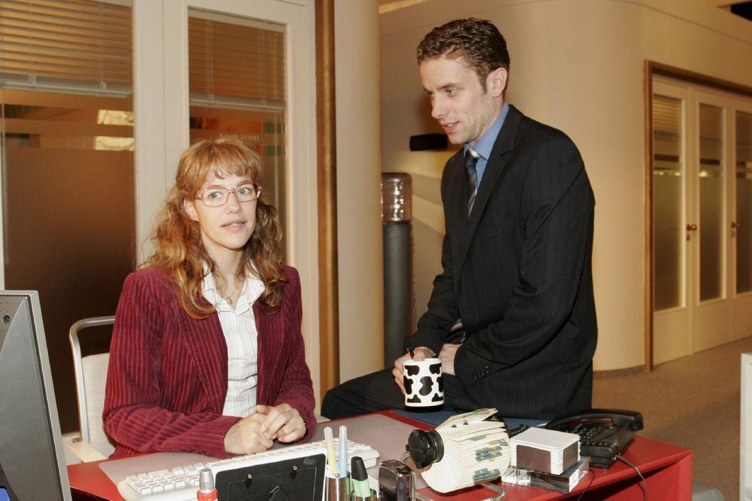 Lisa (Alexandra Neldel, l.) ist froh, dass Max (Alexander Sternberg, r.) auf sie zugeht. Sie soll zusammen mit ihm die Stellung halten. (Dieses Foto... - Bildquelle: Noreen Flynn Sat.1