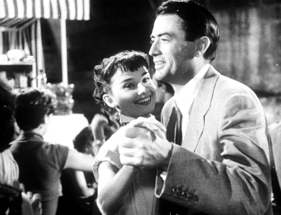 Als Journalist Joe Cooper (Gregory Peck, r.) herausfindet, dass sein Gast Anne (Audrey Hepburn, l.) die verschwundene Prinzessin ist, wittert er die...