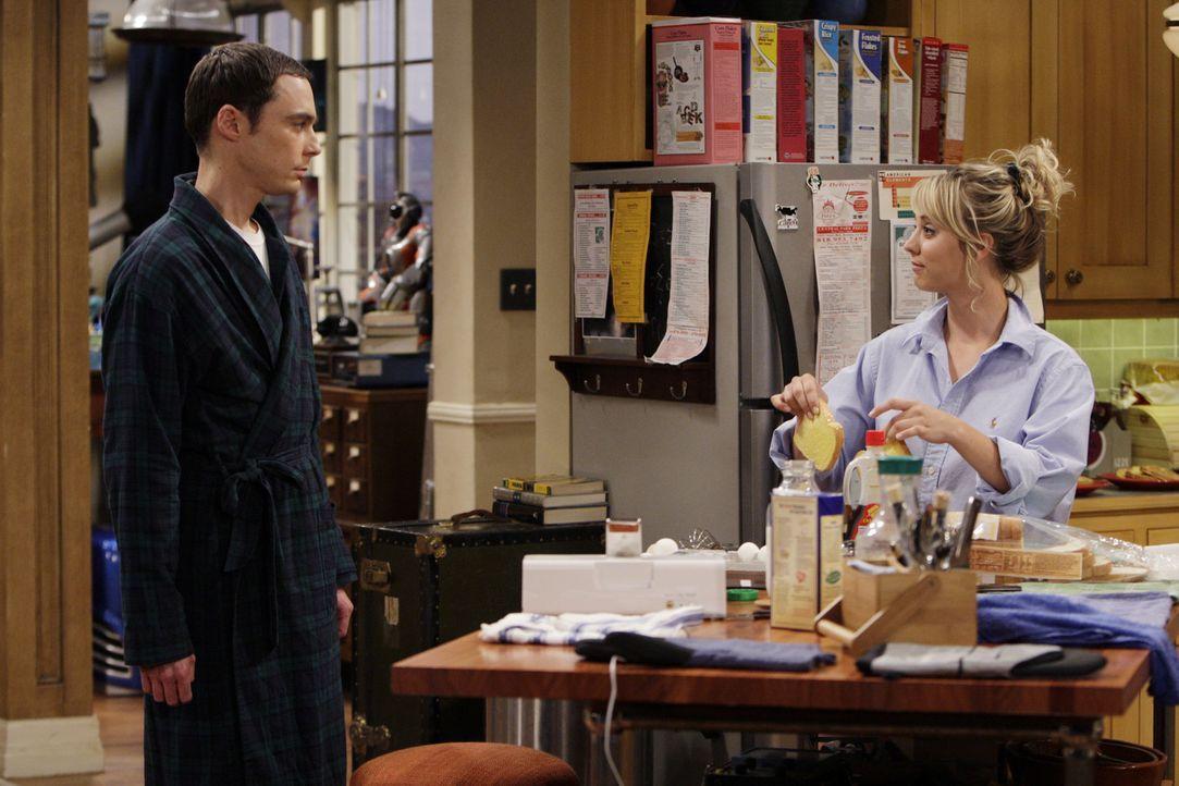 Penny (Kaley Cuoco, r.) übernachtet bei Leonard, weil ihr Bett aufgrund ihrer Aktivitäten zerbrochen ist. Da Penny jedoch keine Ahnung von Sheldon... - Bildquelle: Warner Bros. Television