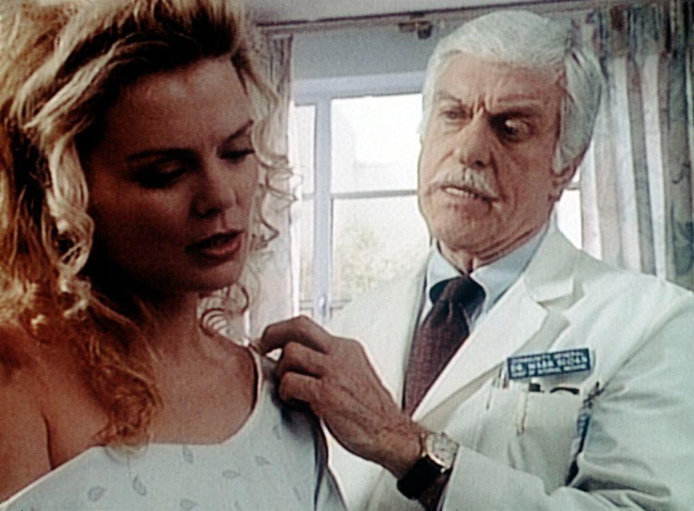 Dr. Sloan (Dick van Dyke, r.) bekommt Besuch von einer alten Bekannten - der verletzten Sandy Hoyle (Romy Walthall, l.). - Bildquelle: Viacom