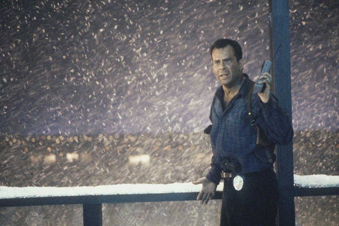 Muss sich gegen eine gefährliche Terroristengruppe durchsetzen: der Polizist John McClane (Bruce Willis) ... - Bildquelle: 20th Century Fox