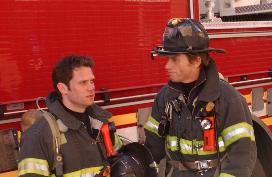 Sean (Steven Pasquale, l.) und Tommy (Denis Leary, r.) müssen ihren Einsatzort verlegen, als sie einen umgestürzten Schulbus, in dem Kinder eingek... - Bildquelle: SONY 2006 CPT Holdings, Inc. All Rights Reserved.