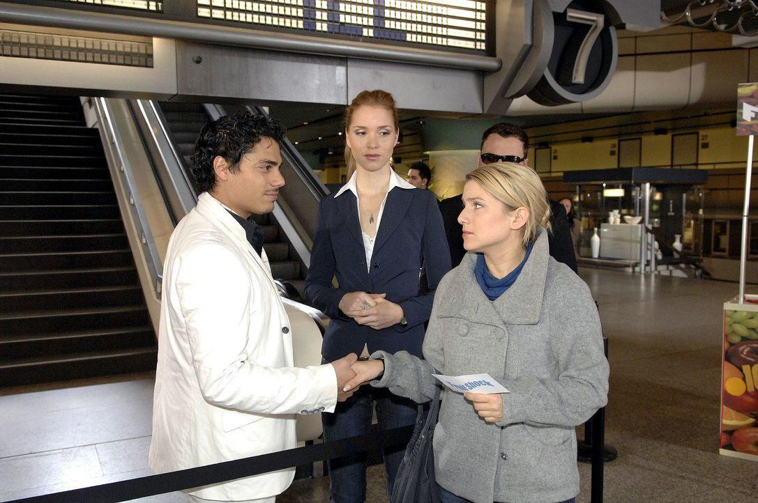 Anna (Jeanette Biedermann, r.) versucht beim Treffen mit Manuel Diaz (Silva Gonzales, l.) ihre Aufregung in den Griff zu bekommen ... - Bildquelle: Claudius Pflug Sat.1