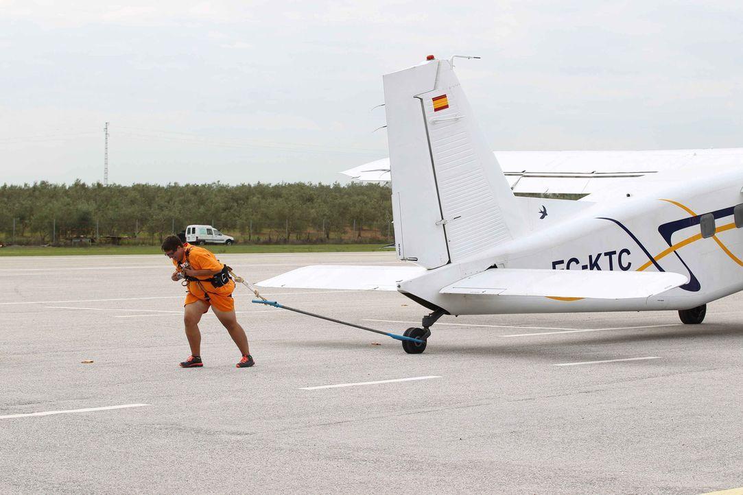 Versucht alles, um das Flugzeug zu bewegen: Bernhard ... - Bildquelle: Enrique Cano SAT.1