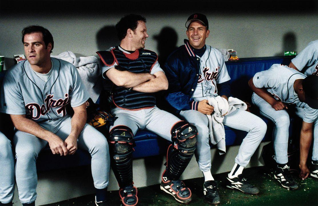 Billy Chapel (Kevin Costner, 3.v.l.) ist seit nunmehr 20 Jahren passionierter und erfolgreichster Baseball-Spieler der Detroit Tigers und an einem W... - Bildquelle: 1999 Universal Studios. All Rights Reserved.