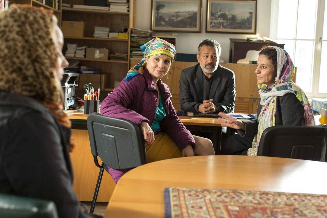 Um ihrer neuen Mandantin Carolin (Sonja Gerhardt, l.) helfen zu können, braucht Danni (Annette Frier, 2.v.l.) einen Islam-Spezialisten. Da kommt Ork... - Bildquelle: Frank Dicks SAT.1