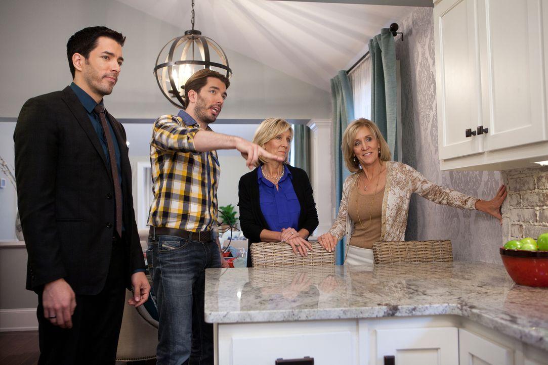 Als sich Sandy (r.) und Susy (2.v.r.) für eine Immobilie entschieden haben, wartet eine böse Überraschung auf sie. Gelingt es Drew (l.) und Jonathan... - Bildquelle: Jessica McGowan 2013, HGTV/Scripps Networks, LLC. All Rights Reserved