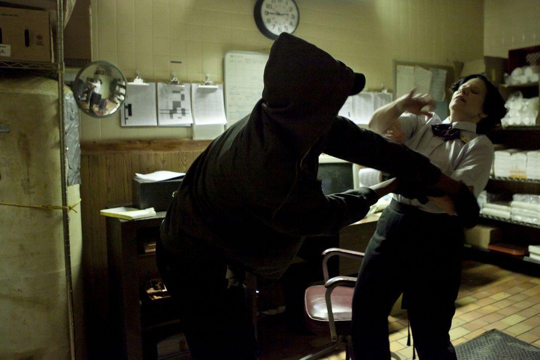 Der Mörder attackiert Delma Ramsey (Christina Scarciglia, r.) im Büro von McDonald's und schlägt kaltblütig auf sie ein .. - Bildquelle: Darren Goldstein Cineflix 2010