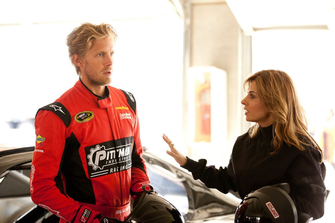 In behutsamen Therapiesitzungen gelingt es Danni (Callie Thorne, r.), dem Stock-Car-Fahrer Billy (Matt Barr, l.) seine Angst zu nehmen ... - Bildquelle: 2011 Sony Pictures Television Inc. and Universal Network Television LLC.  All Rights Reserved.
