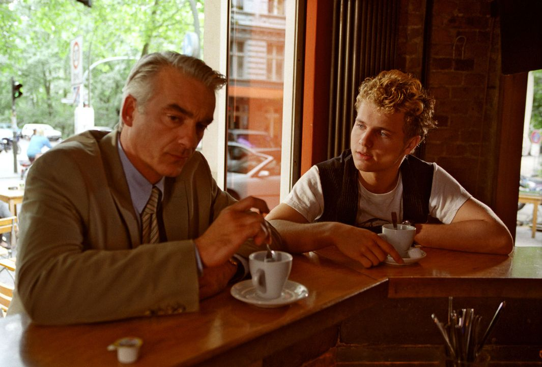 Felix (Christoph M. Ohrt, l.) trifft sich auf Sandras Bitte hin mit dem Kindsvater Sven (Tobias Retzlaff, r.) - auf ein Gespräch von Mann zu Mann. U... - Bildquelle: Hardy Spitz Sat.1