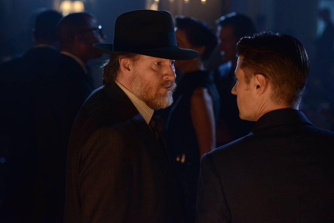 Müssen sich mit immer bedrohlicheren Verbrechern herumschlagen: Gordon (Ben McKenzie, r.) und Bullock (Donal Logue, l.) ... - Bildquelle: Warner Brothers