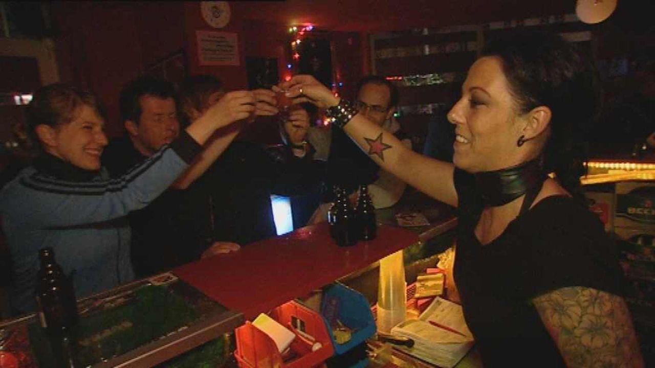 Vernarrt in St. Pauli - Ein Stadtteil macht Furore: Louisa ist nachts Barfrau Lily (r.) und tagsüber Sozialarbeiterin ... - Bildquelle: ProSiebenSat1. TV