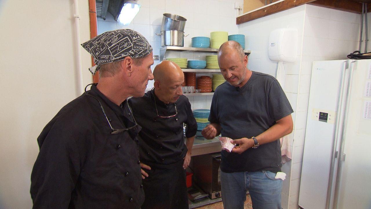 """Frank Rosin (r.) ist geschockt, als er in die Küche des """"Abraxas"""" kommt. Die Köche Sven (M.) und Olaf (l.) sind nicht nur unmotiviert, sondern stehe... - Bildquelle: kabel eins"""