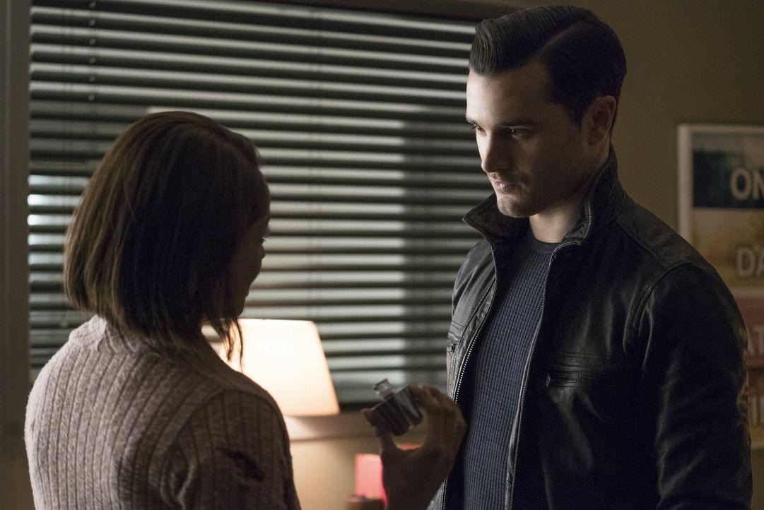Enzo (Michael Malarkey, r.) nimmt die Angelegenheiten in die eigenen Hände und hofft, damit Bonnie (Kat Graham, l.) zu helfen ... - Bildquelle: Warner Bros. Entertainment, Inc.