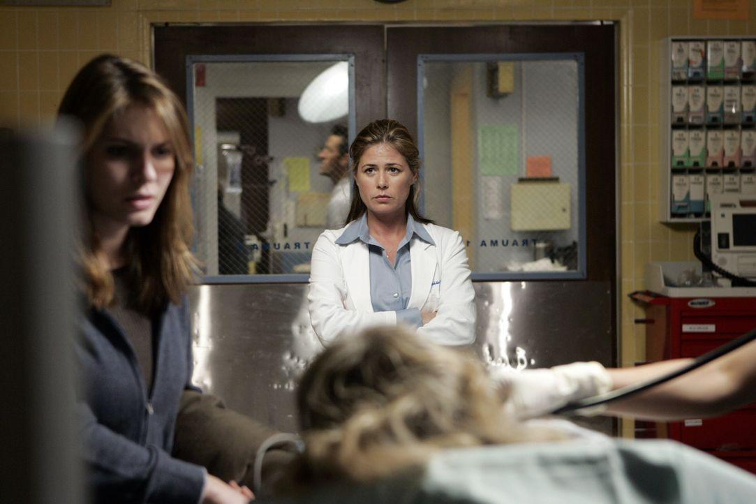 Abby (Maura Tierney, r.) beobachtet Donna (Lindsay Felton, l.) wie sie am Krankenbett steht ... - Bildquelle: Warner Bros. Television