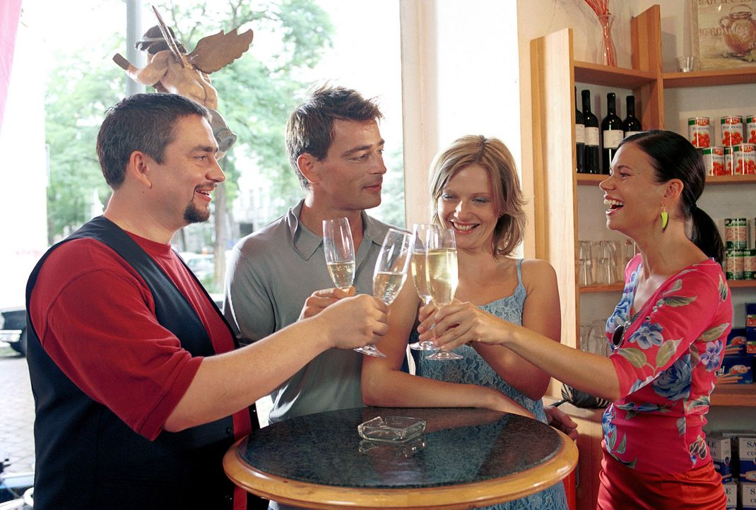 Ihre Freunde Nicole (Rita Lengyel, r.) und Mario (Alexander Hörbe, l.) sind fest davon überzeugt, dass Lara (Doreen Jacobi, 2.v.r.) und Marc (Jan... - Bildquelle: Gordon Mühle ProSieben