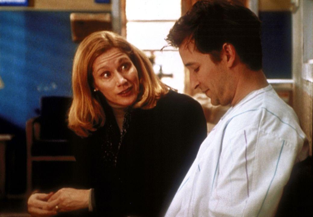 Lucys Mutter wollte eigentlich nur die Habseligkeiten ihrer verstorbenen Tochter abholen, aber dann ist es ihr ein Bedürfnis, mit Carter (Noah Wyle,... - Bildquelle: TM+  2000 WARNER BROS.
