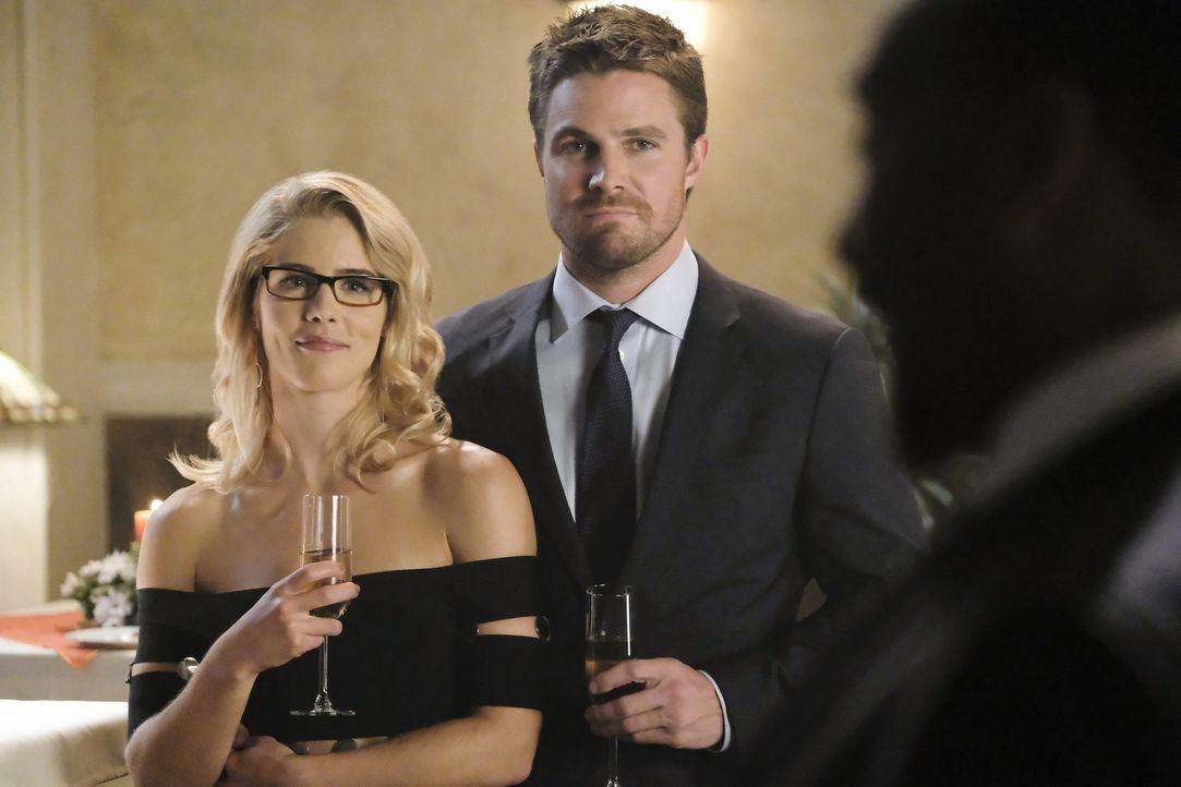 Die Hochzeit verläuft für Felicity (Emily Bett Rickards, l.) und Oliver (Stephen Amell, r.) anders als gedacht ... - Bildquelle: 2017 Warner Bros.