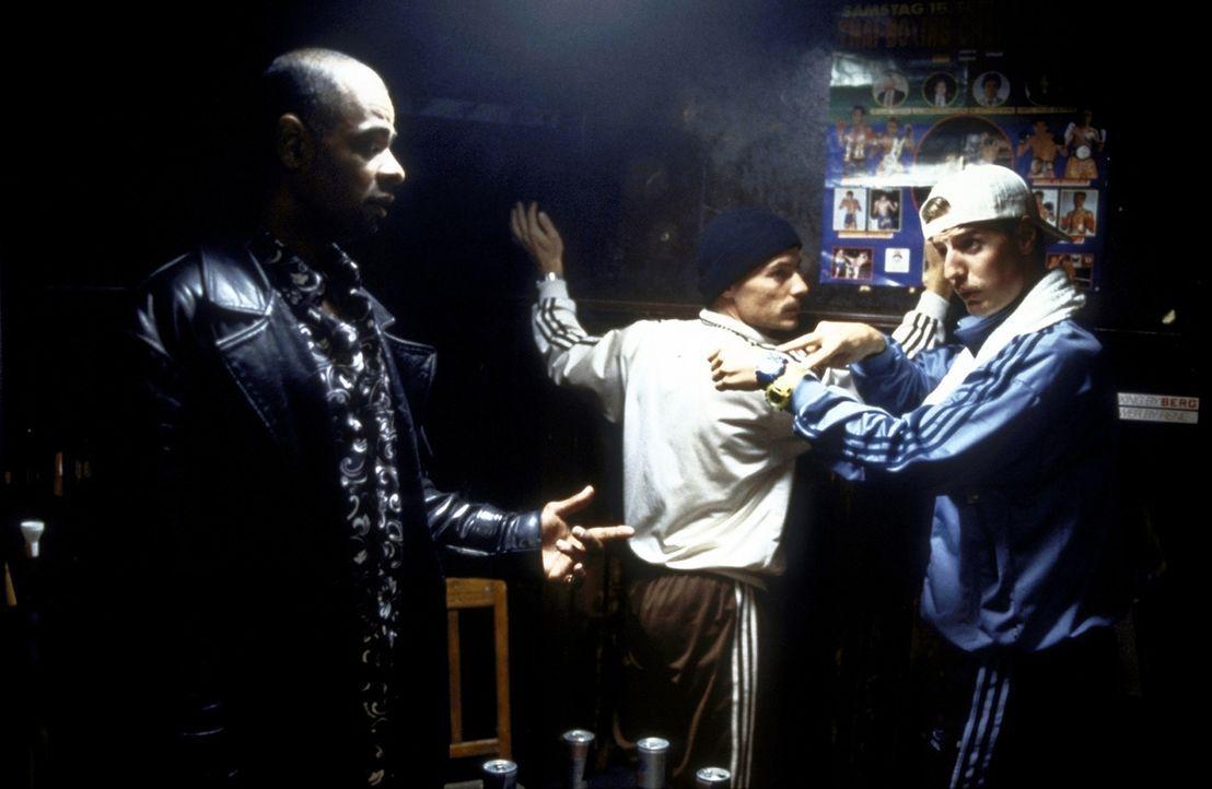 Gefangen? Erkan (Erkan Moosleitner, l.) und Stefan (Stefan Lust, r.) in der Höhle des Löwen ... - Bildquelle: Constantin Film