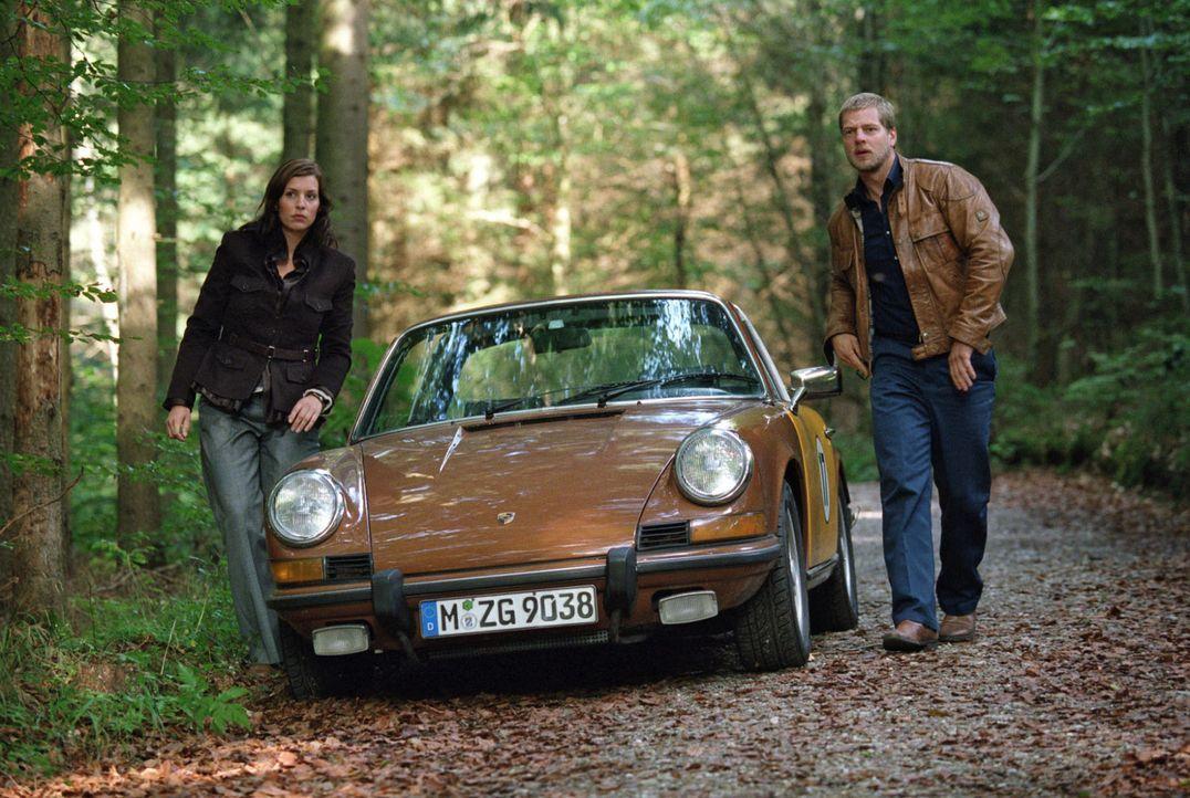 Millionär Leissen fährt nicht in die Stadt, um sich mit seinem Banker zu treffen, sondern in ein Waldgebiet. Nina (Elena Uhlig, l.) und Leo (Henning Baum, r.) nehmen die Verfolgung auf...