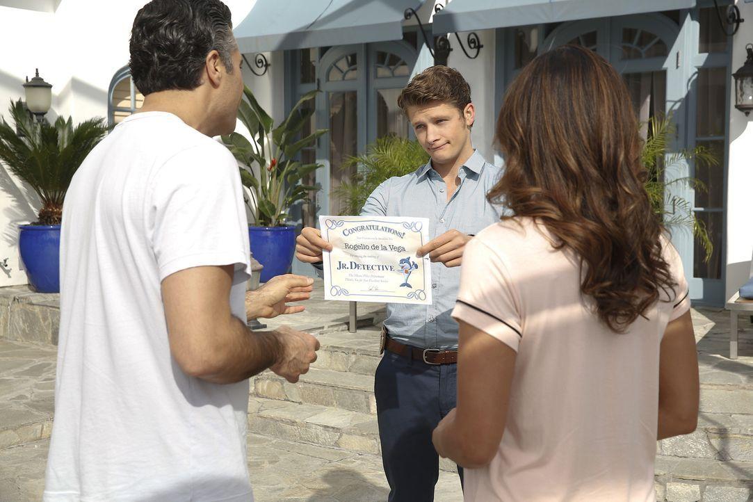 Während Petra ein großes Geheimnis entdeckt, dass sie beunruhigt, hilft Michael (Brett Dier, M.) Rogelio (Jaime Camil, l.) bei dessen Beziehung zu X... - Bildquelle: 2014 The CW Network, LLC. All rights reserved.