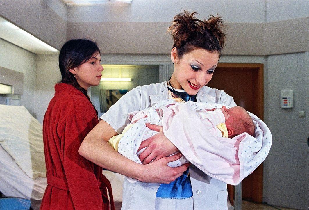 Sally (Marie Ernestine Worch, r.) ist ganz glücklich, Baby Max in den Armen zu halten - im Gegensatz zu seiner Mutter Marta (Natascha Hockwin, l.). - Bildquelle: Noreen Flynn Sat.1