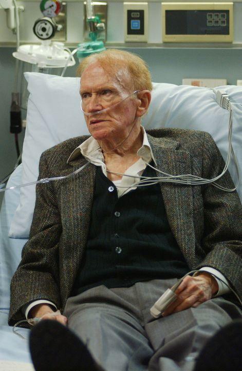 Mr. Jules Rubadoux, genannt Ruby (Red Buttons), wird mit akuten Herzproblemen in die Notaufnahme eingeliefert. Der 85jährige Patient verweigert jedo... - Bildquelle: WARNER BROS