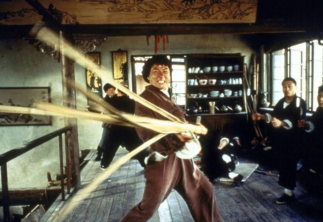 Wong Fei-Hong (Jackie Chan, M.) tritt den Schergen des korrupten britischen Konsuls mit seinem 'Drunken Fist'-Kampfstil entgegen und kann sich mit s... - Bildquelle: Miramax Films