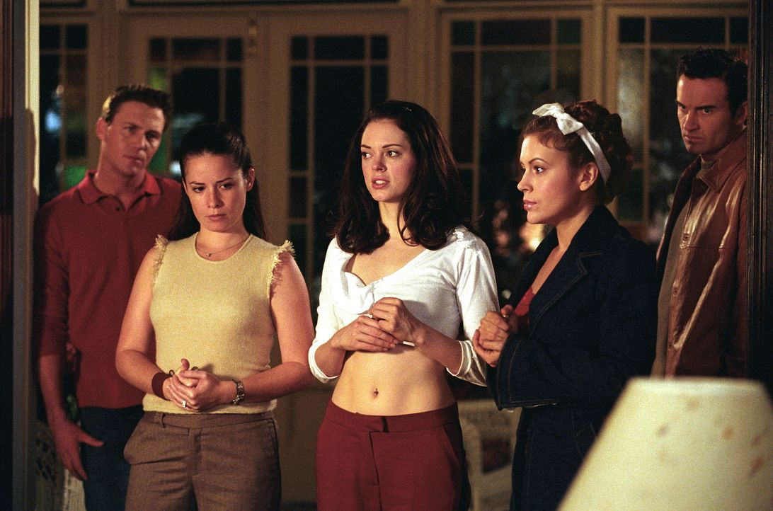 Cole (Julian McMahon, r.) kann die Hexen nicht mehr schützen. Leo (Brian Krause, l.), Paige (Rose McGowan, M.), Piper (Holly Marie Combs, 2.v.l.) un... - Bildquelle: Paramount Pictures