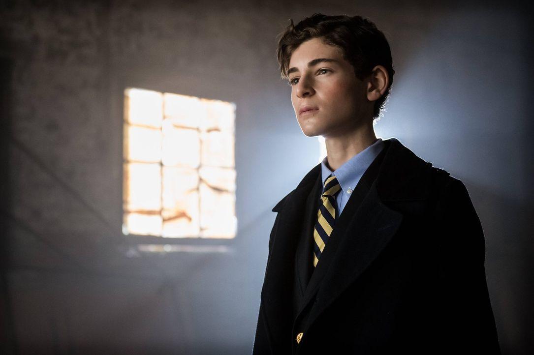 Ahnt noch nicht, dass er bald in großer Gefahr ist: Bruce (David Mazouz) ... - Bildquelle: Warner Brothers