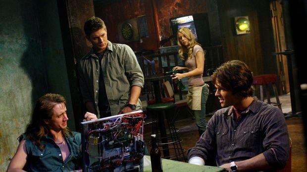 Sam (Jared Padalecki, r.) und Dean (Jensen Ackles, M.) suchen Ash (Chad Lindb...