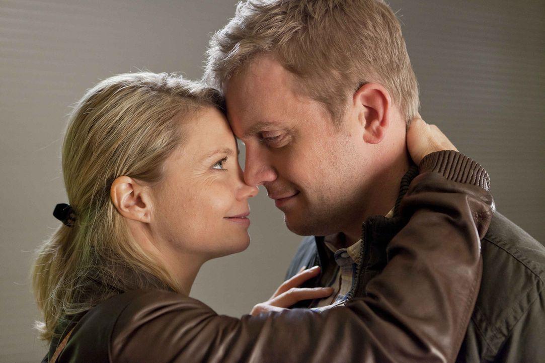 Genießen ihre gemeinsame Zeit: Danni (Annette Frier, l.) und Sven (Sebastian Bezzel, r.) ... - Bildquelle: Frank Dicks SAT.1