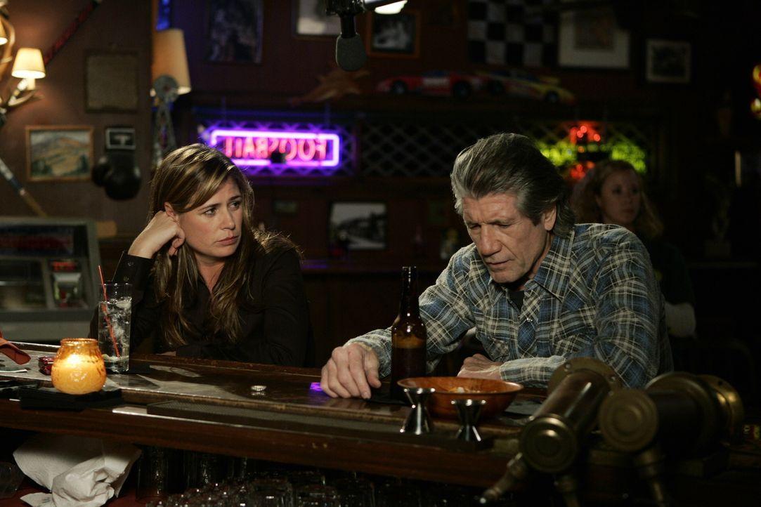 In Ike Ryan's treffen Eddie (Fred Ward, r.) und Abby (Maura Tierney, l.) aufeinander ... - Bildquelle: Warner Bros. Television