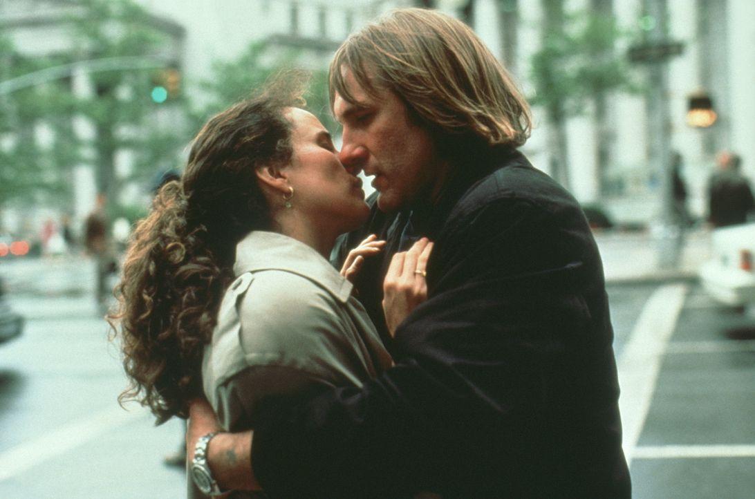 Bis sich die Einwanderungsbehörde meldet, um die Rechtmäßigkeit der Ehe zu überprüfen, ist die Heirat für George (Gérard Depardieu, l.) und Bronte (... - Bildquelle: Warner Bros.