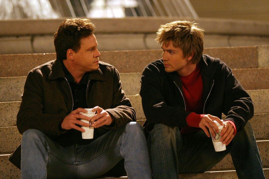 Keith (Craig Sheffer, l.) kann Lucas (Chad Michael Murray, r.) den wahren Grund für seine Rückkehr nicht verheimlichen ... - Bildquelle: Warner Bros. Pictures