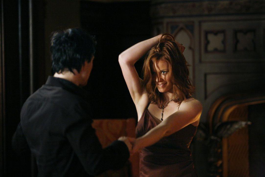 Sage (Cassidy Freeman, r.) hat Damon (Ian Somerhalder, l.) um den kleinen Finger gewickelt - zumindest denkt sie das ... - Bildquelle: Warner Brothers