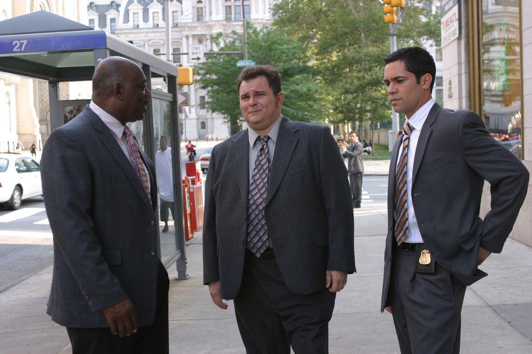 Will (Thom Barry, l.), Nick (Jeremy Ratchford, M.) und Scott (Danny Pino, r.) besprechen die weitere Vorgehensweise ... - Bildquelle: Warner Bros. Television
