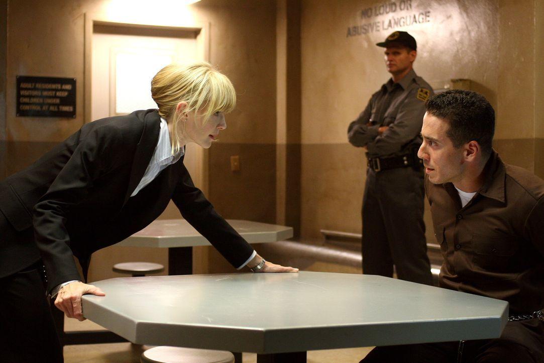 Der wegen Mittäterschaft verurteilte Dylan Noakes (Kirk Acevedo, r.) beteuert auch nach Jahren noch seine Unschuld. Lilly Rush (Kathryn Morris, l.)... - Bildquelle: Warner Bros. Television