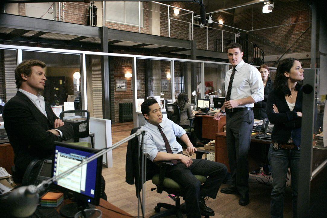 Ein neuer Mordfall beschäftigt das Team: Patrick (Simon Baker, l.), Kendall (Tim Kang, 2.v.l.), Wayne (Owain Yeoman, M.), Grace (Amanda Righetti, 2.... - Bildquelle: Warner Bros. Television