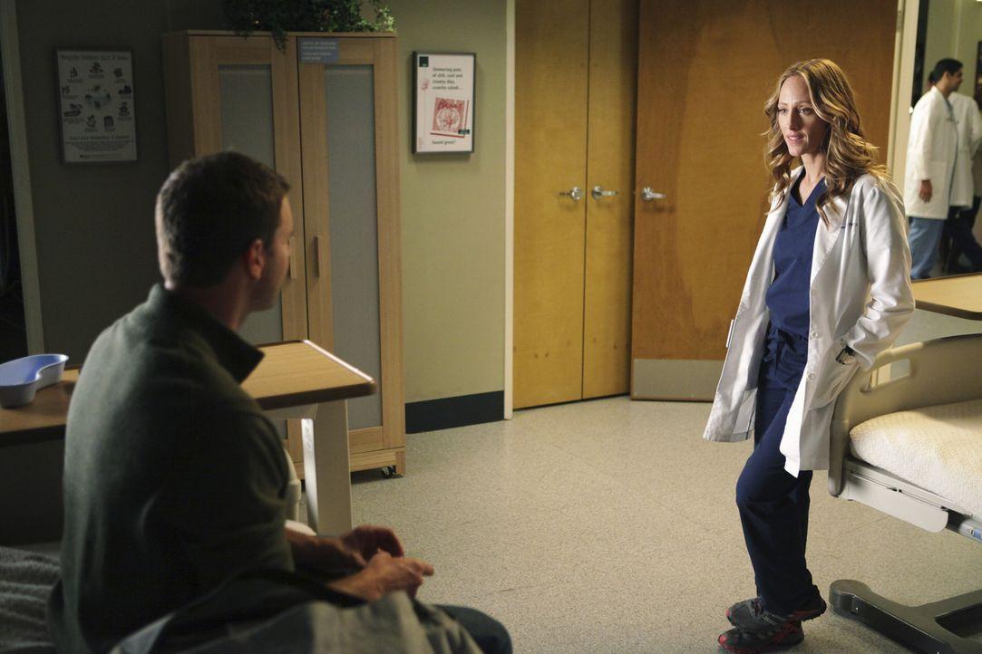 Teddy (Kim Raver, r.) lenkt all ihr Mitleid und ihre Bemühungen auf einen sterbenden Patienten (Scott Foley, l.), der eine angemessene Versicherung... - Bildquelle: ABC Studios