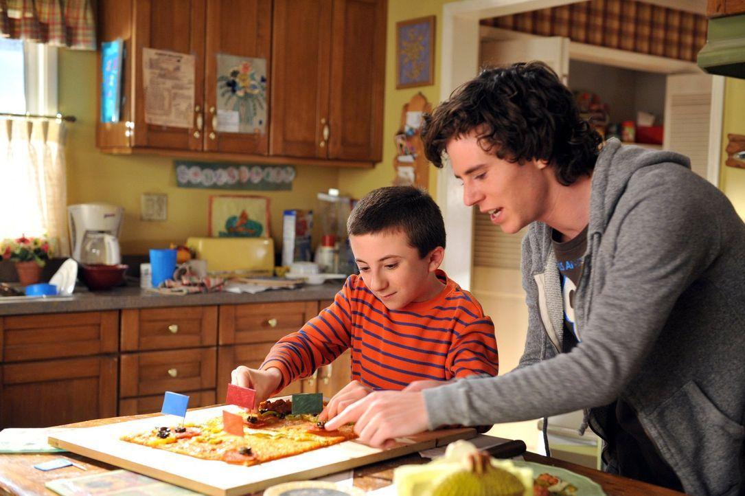 Brick (Atticus Shaffer, l.) ist entsetzt, als er herausfindet, dass Axl (Charlie McDermott, r.) sein Schulprojekt aufgegessen hat und verlangt von i... - Bildquelle: Warner Brothers