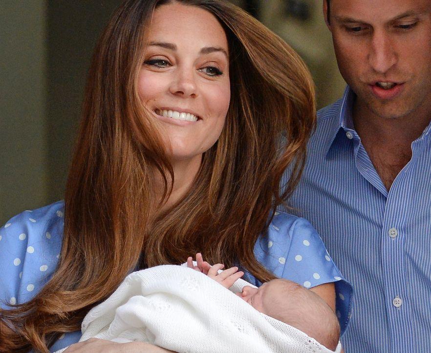 Herzogin Kate mit ihrem Baby im Arm - Bildquelle: +++(c) dpa - Bildfunk+++ Verwendung nur in Deutschland