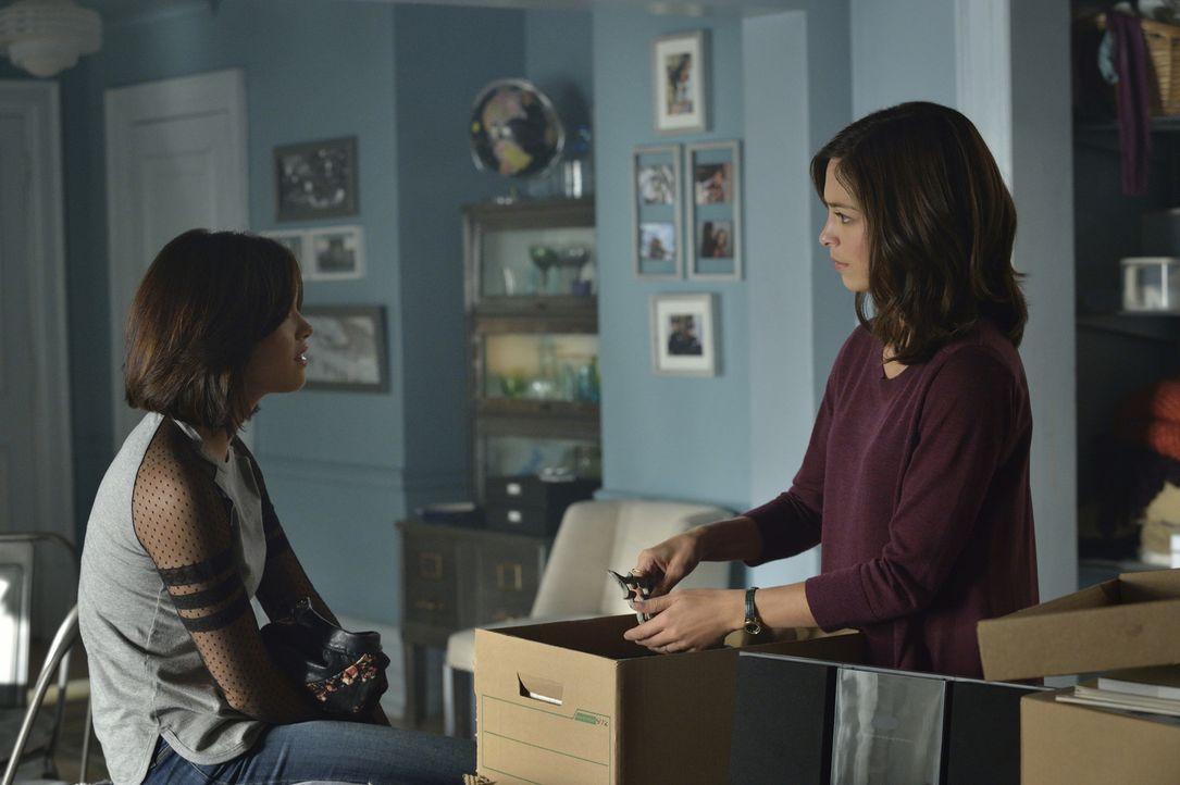 Klärt sich die Lage zwischen Heather (Nicole Gale Anderson, l.) und Katherine (Kristin Kreuk, r.) auf, bevor es zum Streit kommt? - Bildquelle: Ben Mark Holzberg 2015 The CW Network, LLC. All rights reserved.