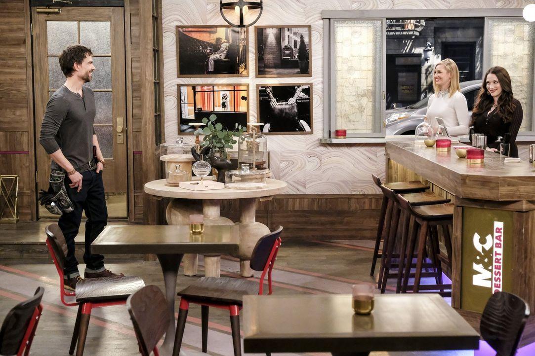 Caroline (Beth Behrs, M.) und Max (Kat Dennings, r.) kommen zurück in ihre Dessert Bar und sind sofort begeistert, von dem neuen Bauleiter Bobby (Ch... - Bildquelle: Warner Bros. Television
