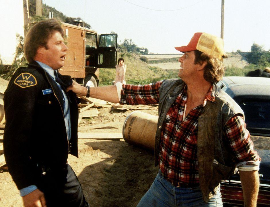 Der Fahrer Travis (Ernie Lively, r.) kommt gerade noch rechtzeitig, um Lee (Bruce Boxleitner, l.) zu befreien.