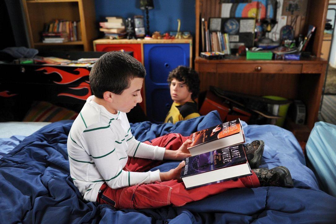 Brick (Atticus Shaffer, l.) freut sich riesig auf das letzte Buch seiner Lieblingsbuchreihe. Doch als Axl (Charlie McDermott, r.) ihm aus Rache das... - Bildquelle: Warner Brothers