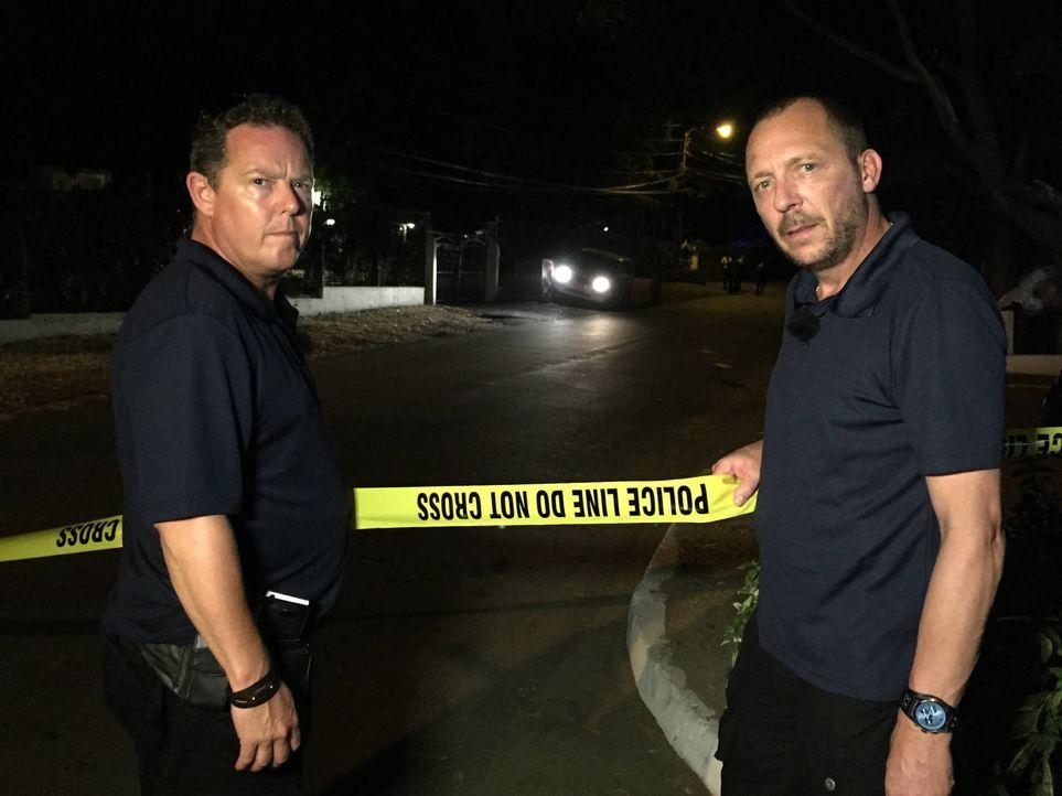 Die Bochumer Kult-Cops Toto (l.) und Harry (r.) reisen in das Urlaubsparadies Jamaika und blicken hinter den Vorhang von Sonne, Strand und Meer ... - Bildquelle: kabel eins